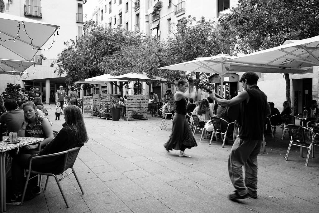 Un guitarrista y una bailarina animan una terraza en el Gótico.