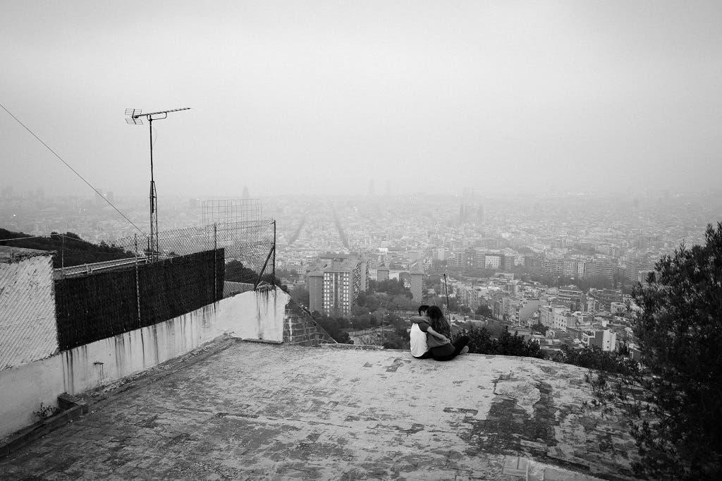 Una pareja se besa en los búnkers del Carmel, con Barcelona a sus pies.