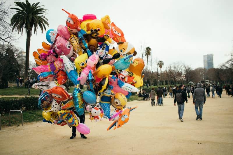 Vendedor de globos en el Parc de la Ciutadella. (EOS M5 + EOS-S 24mm f2.8 STM)