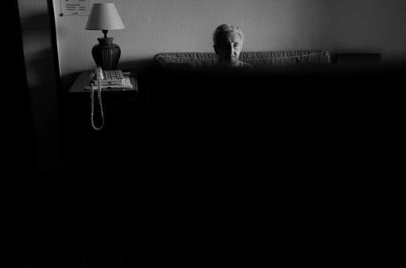 Viendo TV en salón de casa. © Carlos de Andrés