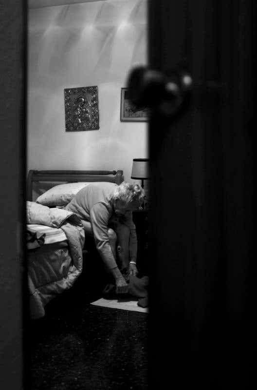 Vistiéndose en habitación. © Carlos de Andrés