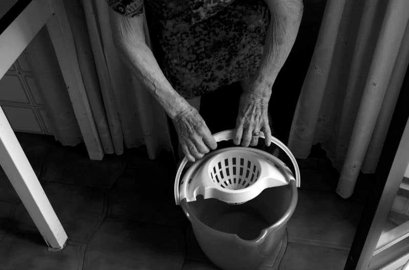 Preparando el cubo de agua. © Carlos de Andrés