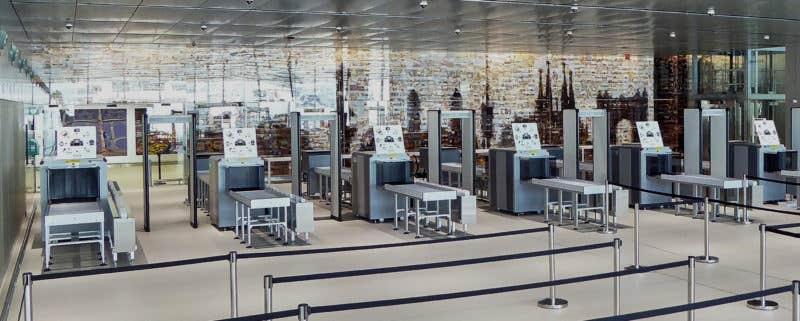 Después de pasar el control de RX de la entrada de la Terminal E, los pasajeros pueden contemplar el Mural BCN sin obstáculos.