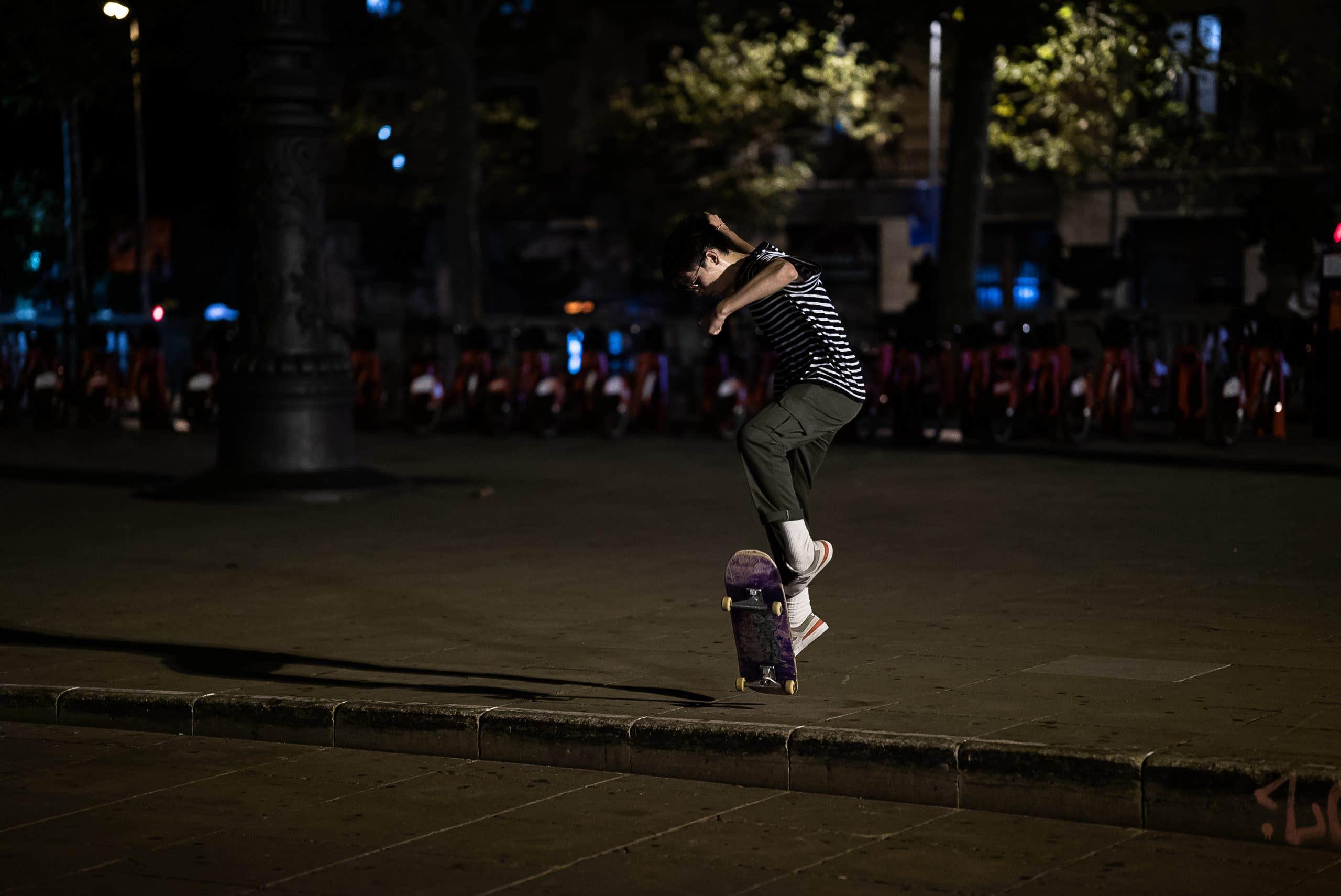 Foto de prueba de seguimiento de autofoco - skater haciendo un truco, de noche, con luz de la calle.