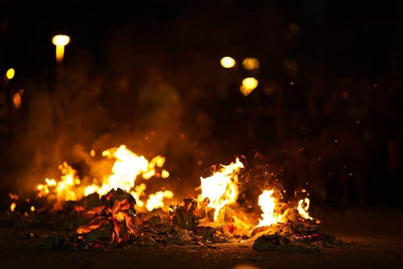 Foto de unas cajas de cartón quemando en una protesta.